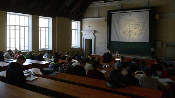 Студенты МГТУ имени Н.Э. Баумана во время лекции в аудитории