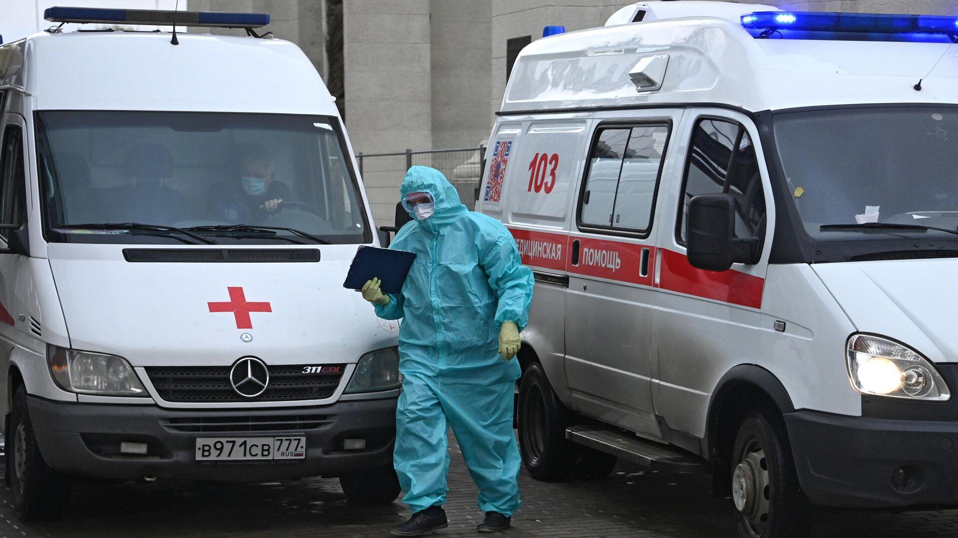 Машины скорой помощи возле приемного отделения временного госпиталя COVID-19 на ВДНХ в Москве - РИА Новости, 1920, 21.10.2020