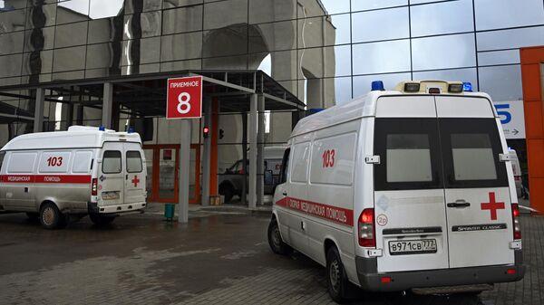 Машины скорой помощи возле временного госпиталя COVID-19 на ВДНХ в Москве