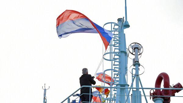Подъем государственного флага РФ во время торжественной церемонии приёмки головного универсального атомного ледокола Арктика