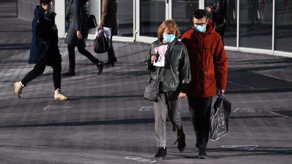 Прохожие в защитных масках в Новосибирске
