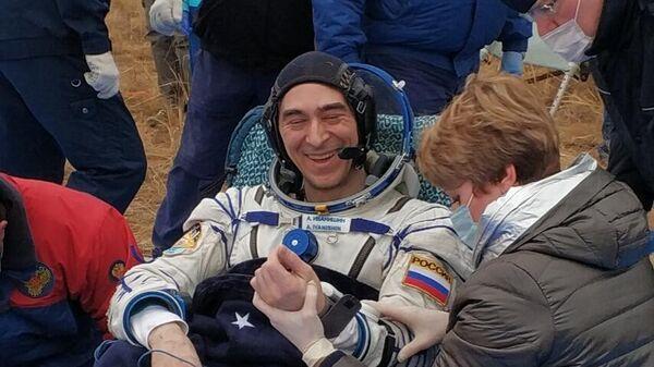 Член экипажа МКС-63 космонавт Роскосмоса Анатолий Иванишин после посадки спускаемого аппарата транспортного пилотируемого корабля Союз МС-16 в казахстанской степи