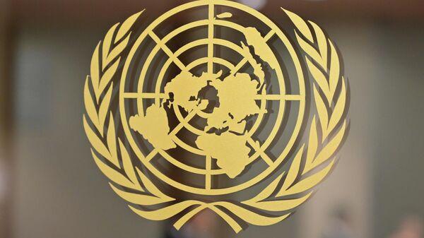 Логотип Организации Объединенных Наций в штаб-квартире Организации Объединенных Наций в Нью-Йорке