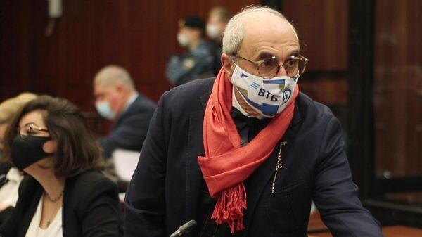 Адвокат семьи погибшего Сергея Захарова Александр Добровинский в зале заседаний Московского городского суда