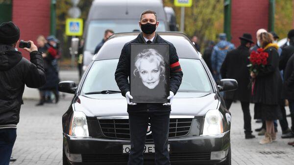 Траурная процессия во время похорон народной артистки РСФСР Ирины Скобцевой на Новодевичьем кладбище