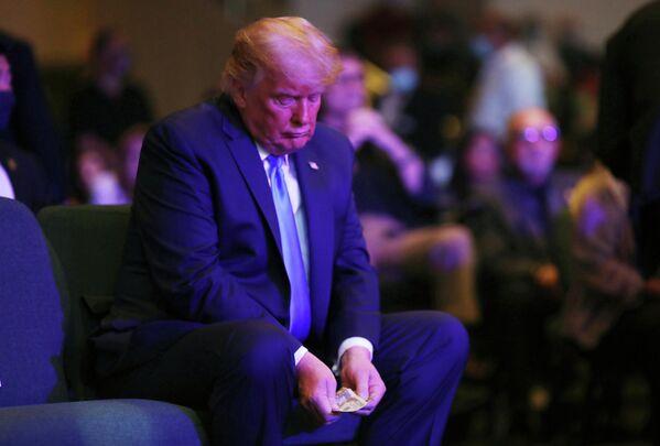 Президент США Дональд Трамп пересчитывает деньги перед пожертвованием в церкви в Лас-Вегасе