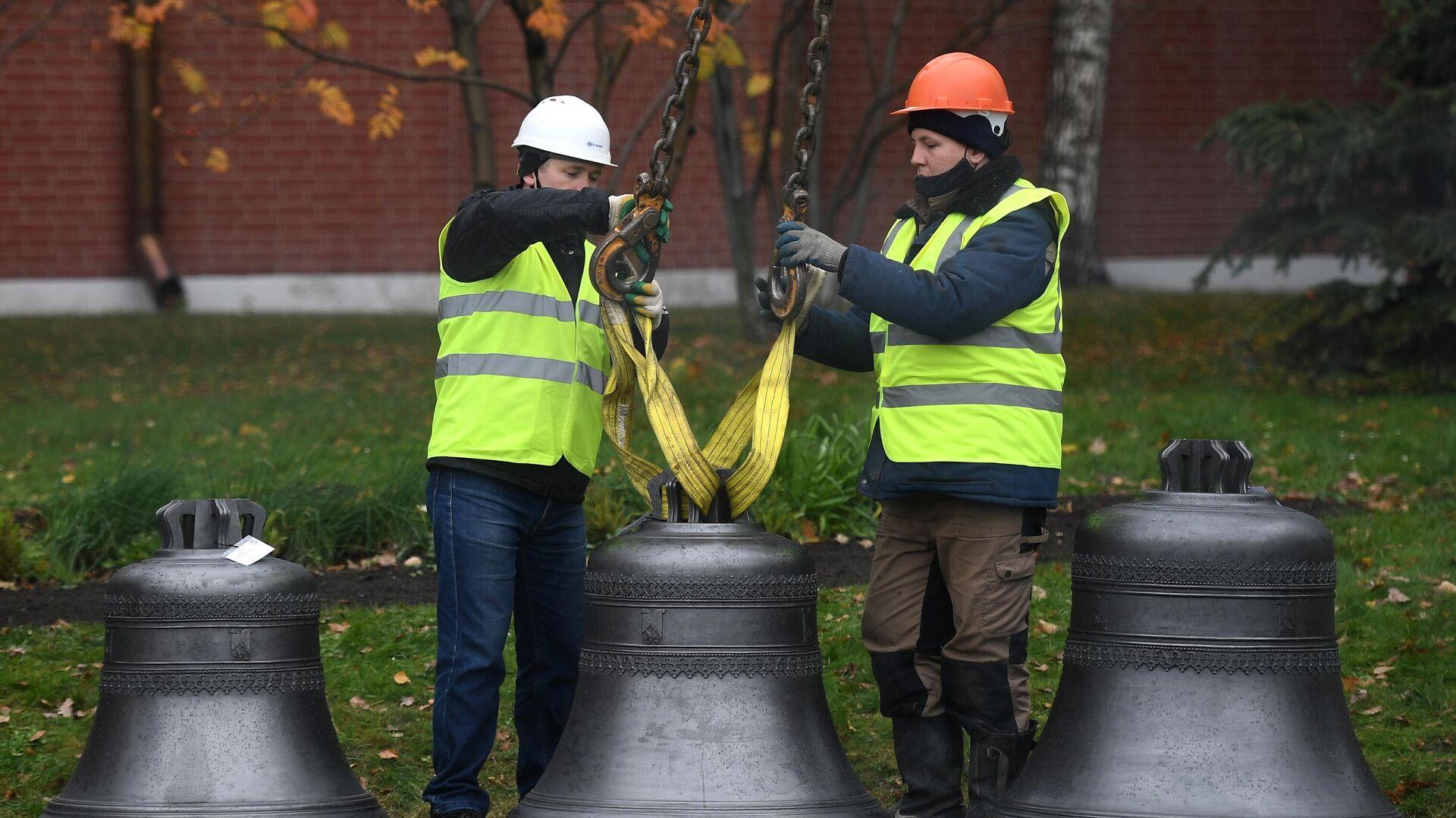 Рабочие стропят колокол перед установкой в звонницу Спасской башни Кремля - РИА Новости, 1920, 22.10.2020