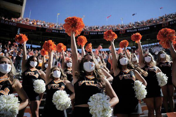 Члены танцевальной команды Теннесси во время игры между Теннесси и Кентукки на стадионе Neyland в Ноксвилле, штат Теннеси
