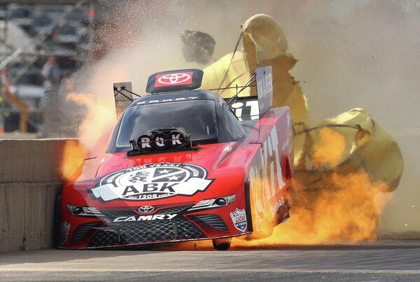 Момент возгорания двигателя автомобиля на гонках Fall Nationals