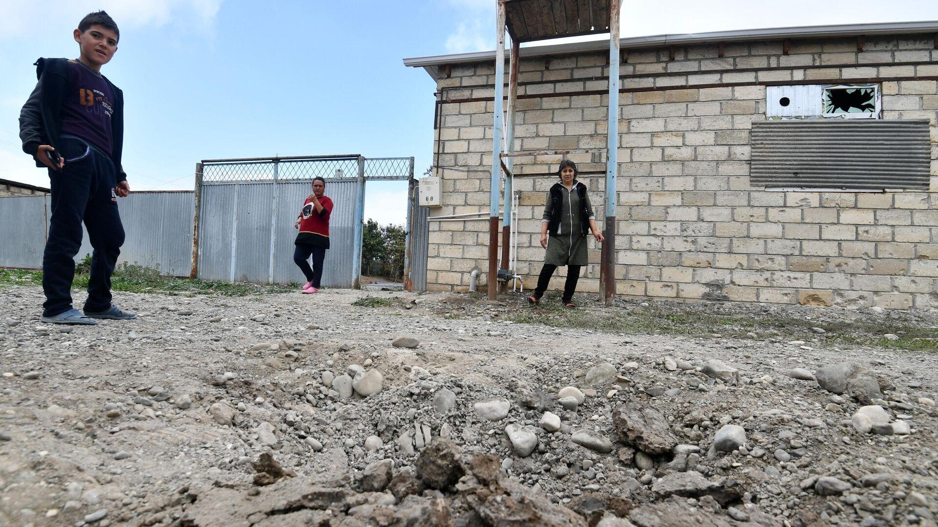 Жители поселка Сафарли в Агдамском районе Азербайджана у поврежденного после обстрела дома - РИА Новости, 1920, 24.10.2020