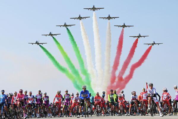 Выступление пилотажной группы Frecce Tricolori  ВВС Италии на одном из этапов велосипедного заезда около базы Ривольто