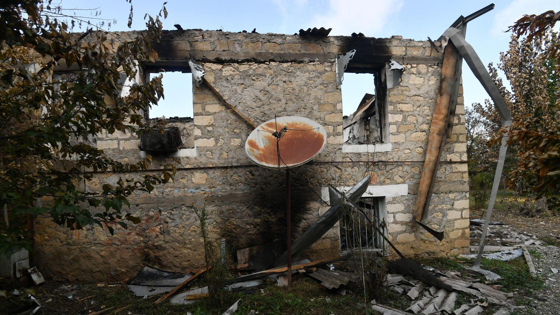 Разрушенный дом в результате обстрела в селе Карадаглы Агдамского района в Азербайджане - РИА Новости, 1920, 23.10.2020