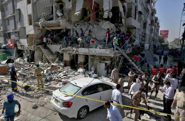 Пакистанские военные и спасатели во время поисково-спасательной операции после взрыва в Карачи