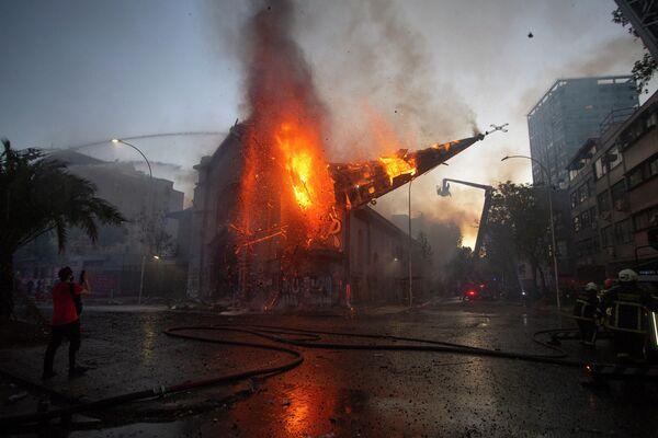 Горящий купол собора падает в Чили
