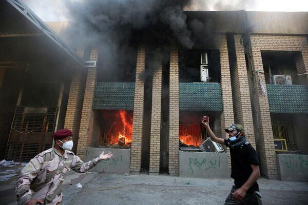 Сторонник Хашд аш-Шааби во время нападения на штаб-квартиру Демократической партии Курдистанав Багдаде