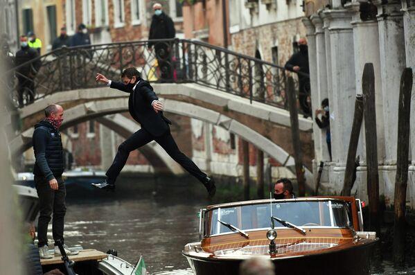Американский актер Том Круз перепрыгивает с одной лодки на другую во время съемок новой части фильма Миссия невыполнима в Венеции