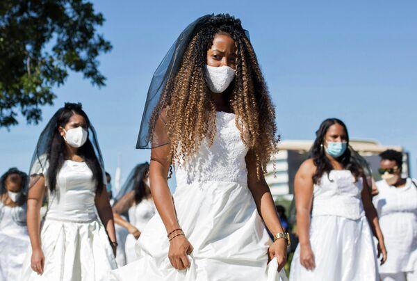 Студентки Автономного Университета  во время Марша невест в Санто-Доминго