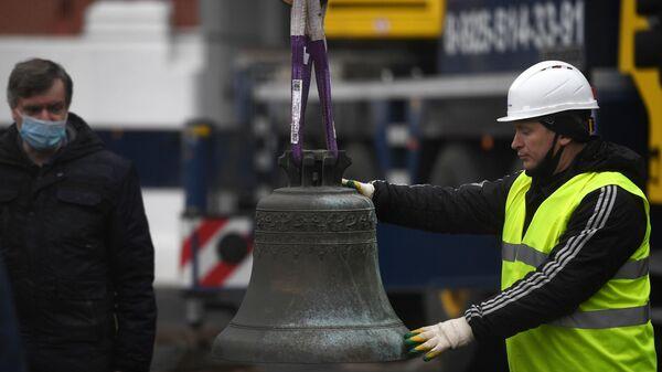 Установка колоколов в звонницу Спасской башни Кремля