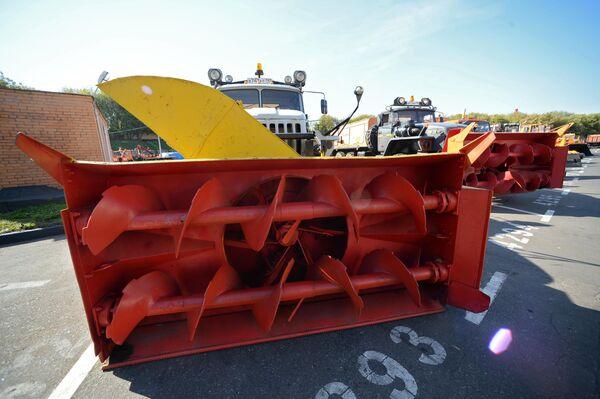Снегоуборочные машины ГБУ Автомобильные дороги во время подготовки к зиме