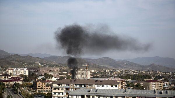 Дым от пожара над домами города Степанакерт