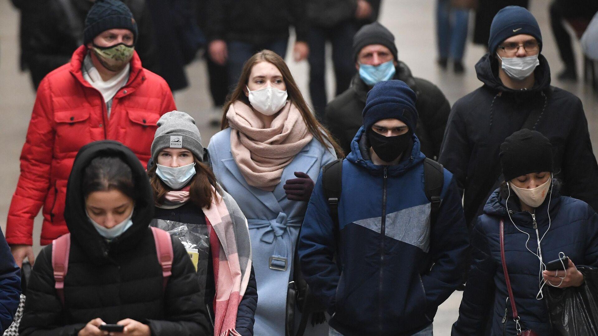 Пассажиры в защитных масках в метрополитене Новосибирска - РИА Новости, 1920, 23.10.2020