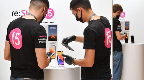 Продавцы магазина re:Store в ГУМ в Москве, где начались продажи новых iPhone 12 и iPhone 12 Pro