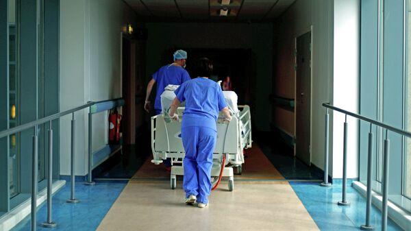Медики в коронавирусном отделении больницы в Великобритании