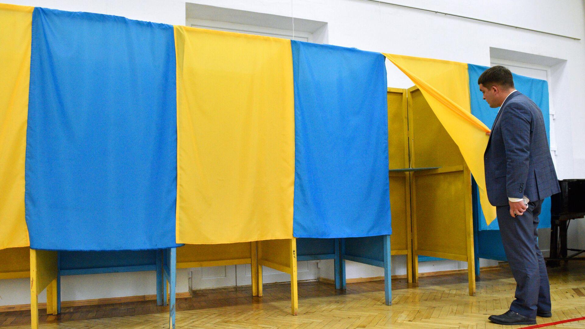Проверка готовности одного из избирательных участков в Киеве к проведению региональных выборов - РИА Новости, 1920, 25.10.2020