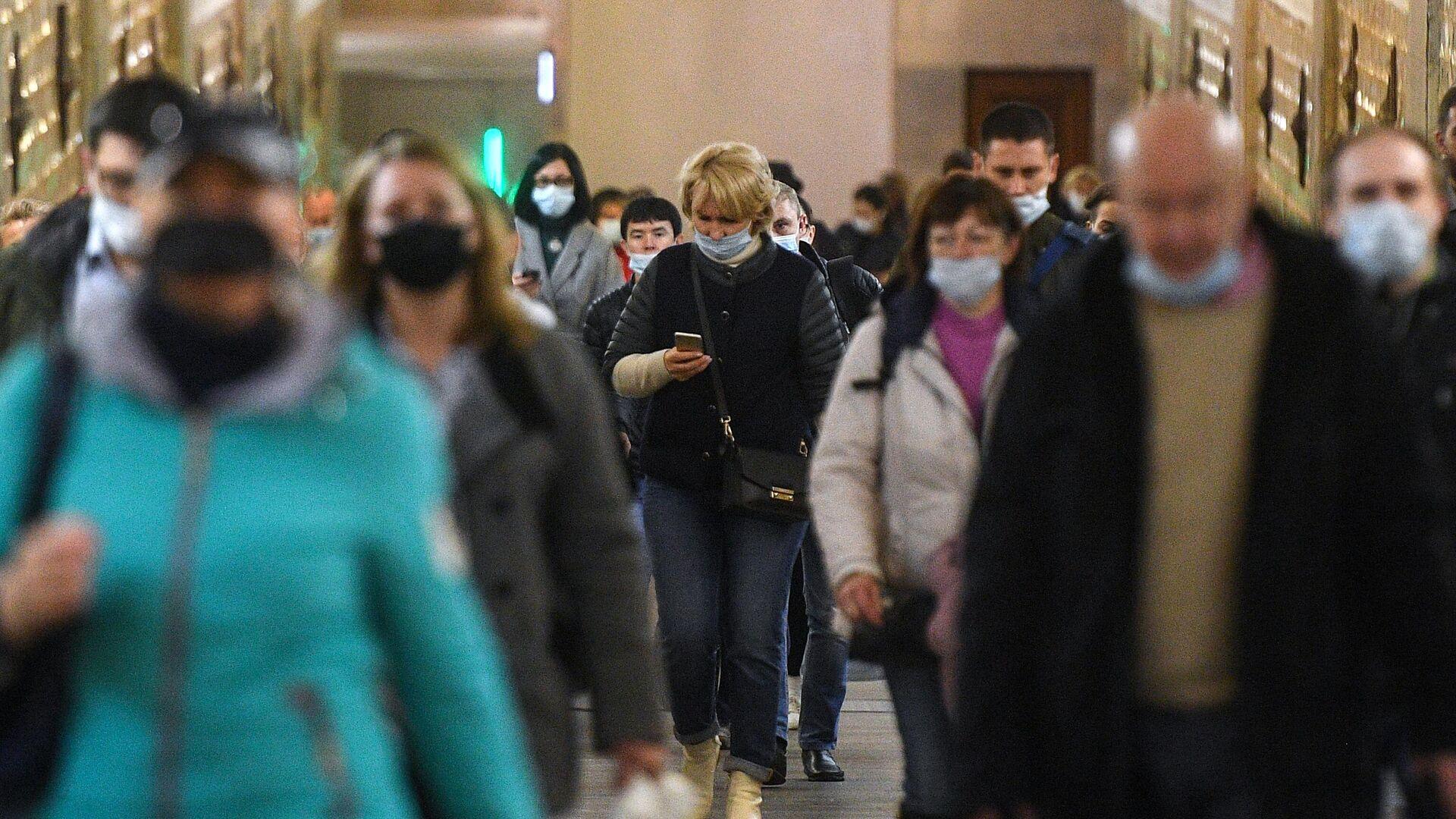 Пассажиры в защитных масках на одной из станций Московского метрополитена - РИА Новости, 1920, 27.10.2020