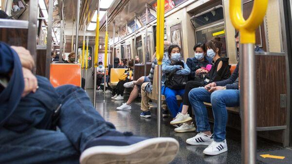 Пассажиры в вагоне Нью-Йоркского метро