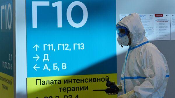 Медицинский работник во временном госпитале COVID-19 на ВДНХ в Москве