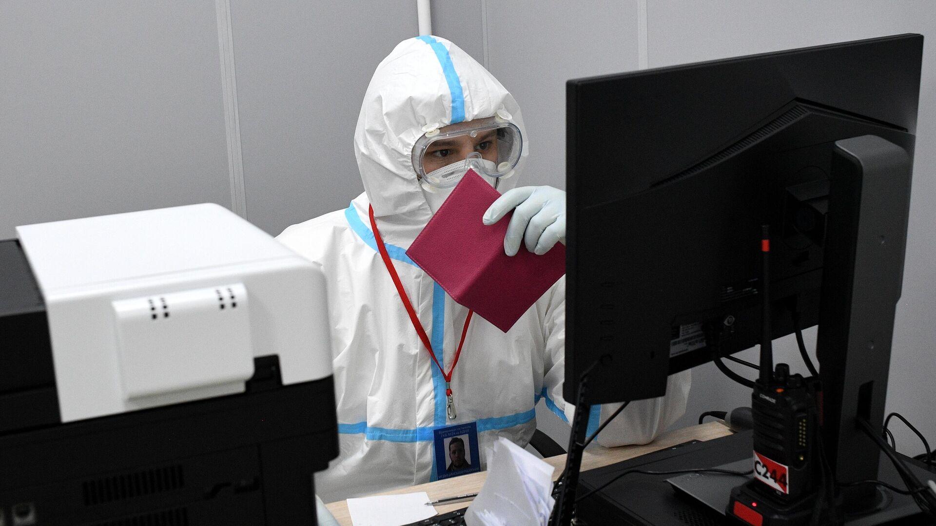 Медицинский работник в приемном отделении временного госпиталя COVID-19 на ВДНХ в Москве - РИА Новости, 1920, 25.06.2021