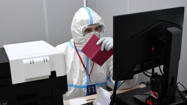 Медицинский работник в приемном отделении временного госпиталя COVID-19 на ВДНХ в Москве