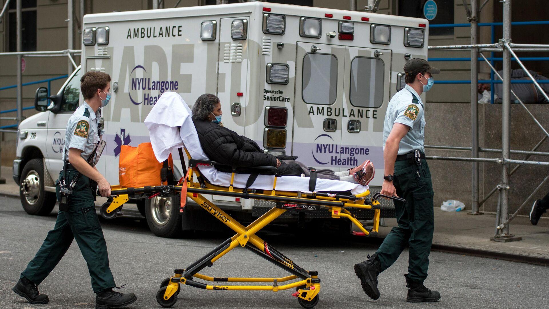 Медицинские работники доставили женщину в больницу на Манхэттене в Нью-Йорке. 23 октября 2020 - РИА Новости, 1920, 23.10.2020