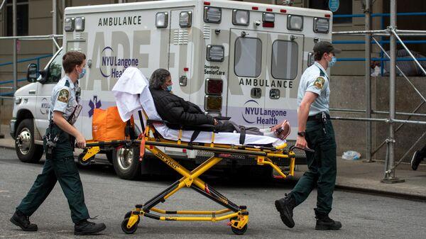 Медицинские работники доставили женщину в больницу на Манхэттене в Нью-Йорке