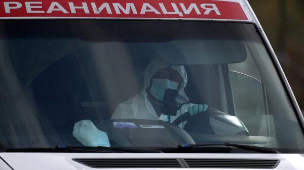 Машина скорой медицинской помощи возле карантинного центра