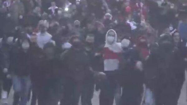 Митингующие бросали камни во время шествия оппозиции в Минске