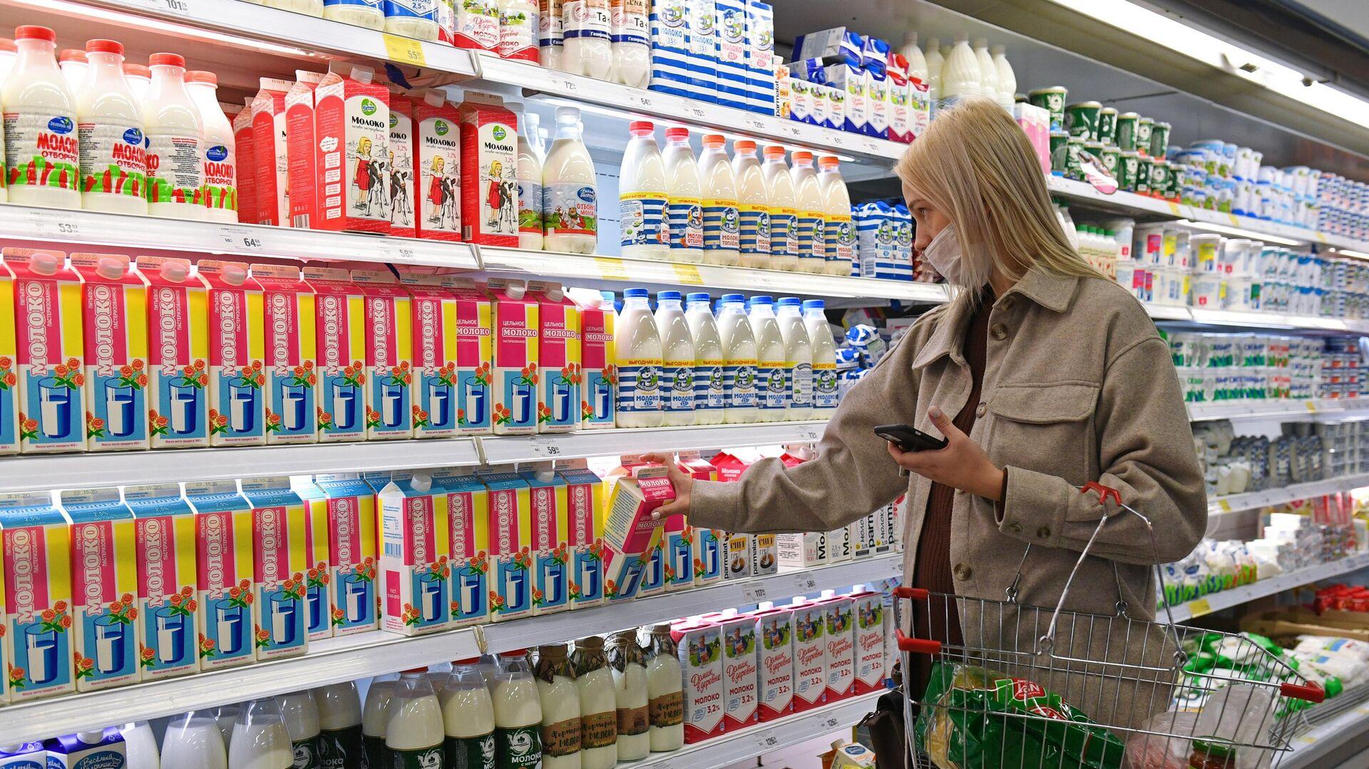 Покупательница в медицинской маске в супермаркете - РИА Новости, 1920, 07.07.2021
