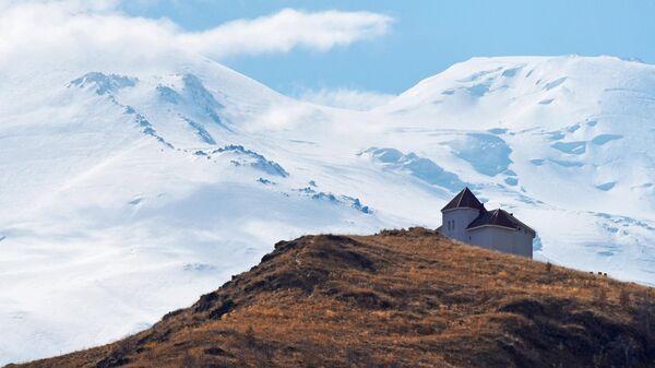 Гостиница на фоне горы Эльбрус в Кабардино-Балкарии