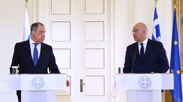 Министр иностранных дел РФ Сергей Лавров и министр иностранных дел Греческой Республики Никос Дендиас во время пресс-конференции по итогам встречи