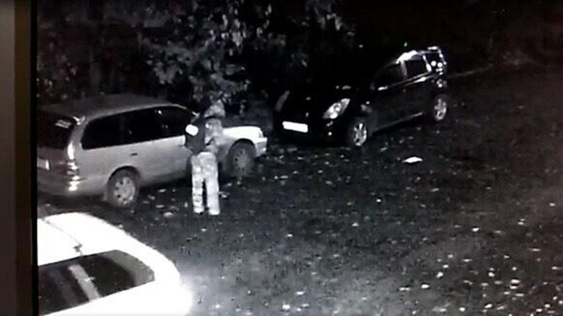 Мужчина, подозреваемый в нападении на двух девушек, на записи с камер наблюдения - РИА Новости, 1920, 27.10.2020