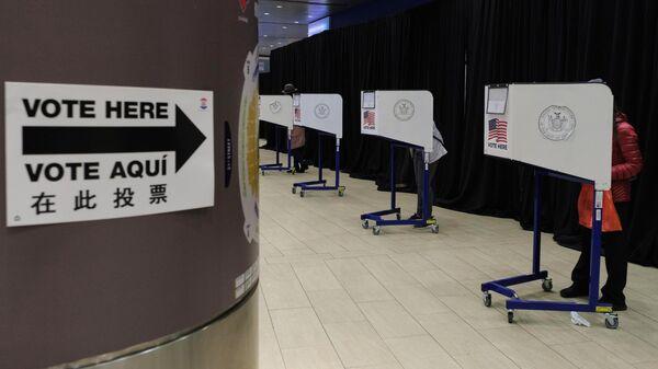 Избиратели во время досрочного голосования на выборах президента США