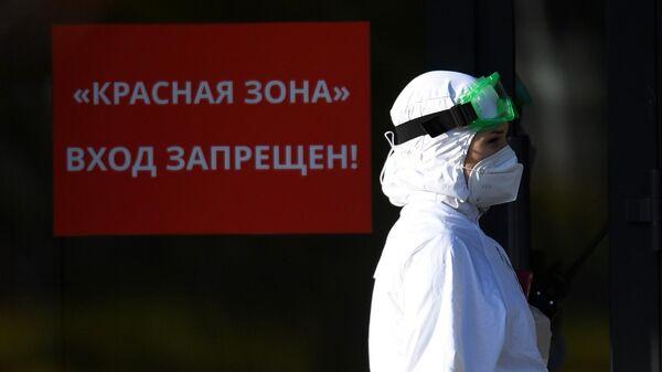 Медицинскй работник на территории Республиканской клинической инфекционной больницы в Казани