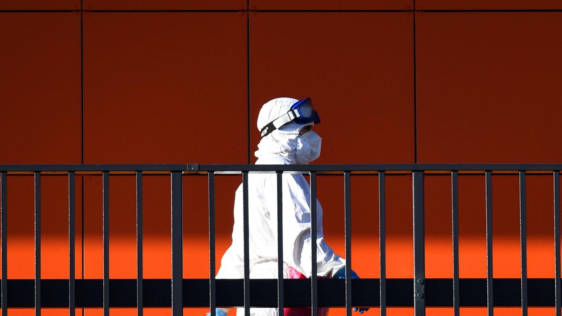 Медицинский работник на территории Республиканской клинической инфекционной больницы в Казани - РИА Новости, 1920, 29.10.2020