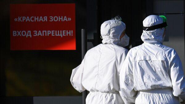 Медицинские работники на территории Республиканской клинической инфекционной больницы в Казани