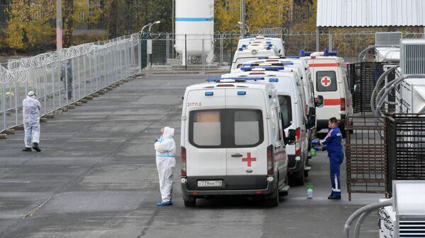 Автомобили скорой медицинской помощи у павильона №5 временного госпиталя Ленэкспо для пациентов с COVID-19 в Санкт-Петербурге