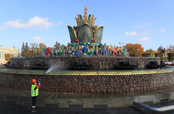 Подготовка к зиме фонтана Каменный цветок на ВДНХ