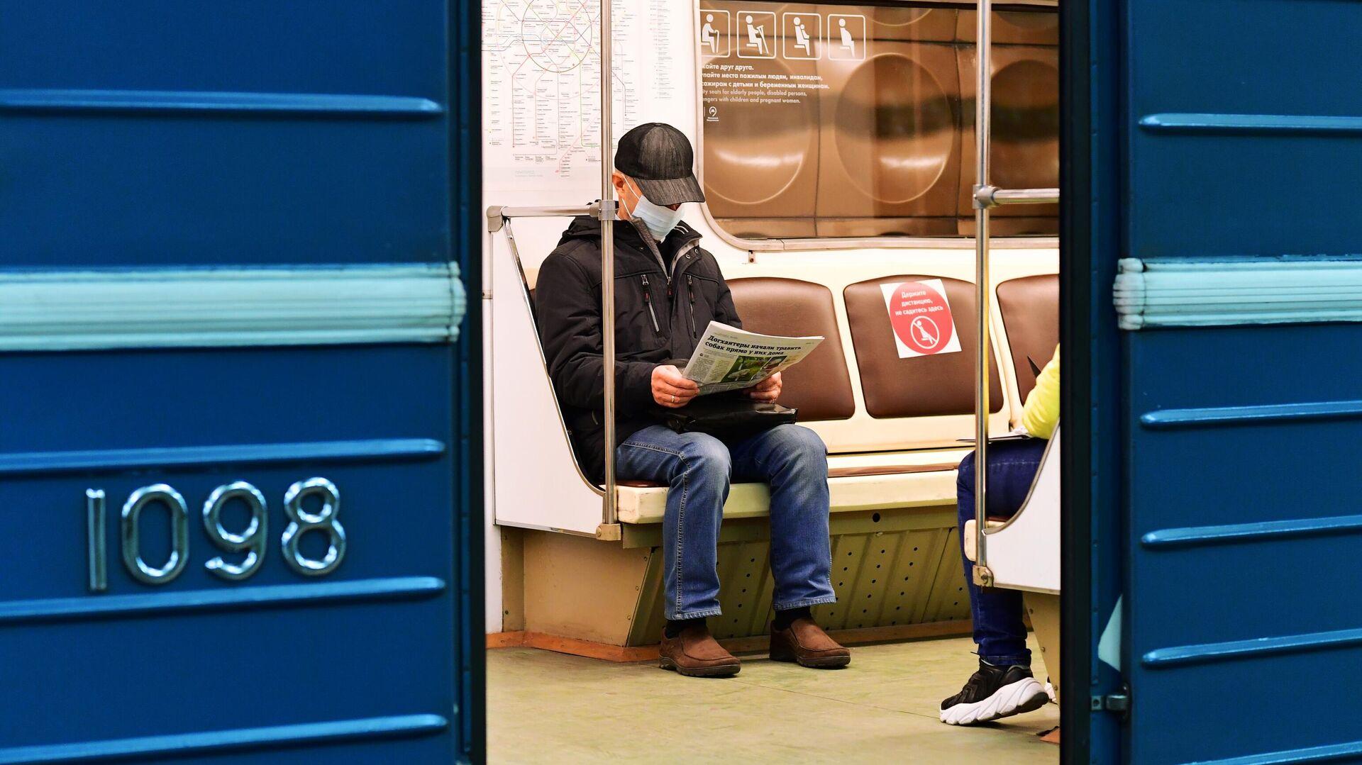 Пассажир в медицинской маске в вагоне поезда на станции метро Марьино Московского метрополитена - РИА Новости, 1920, 01.12.2020
