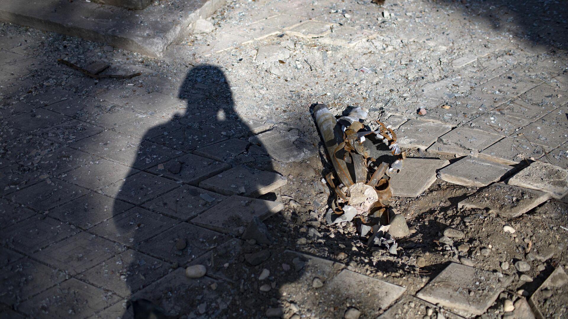Фрагмент снаряда, разорвавшегося во время обстрела города Мартуни в Нагорном Карабахе - РИА Новости, 1920, 27.10.2020