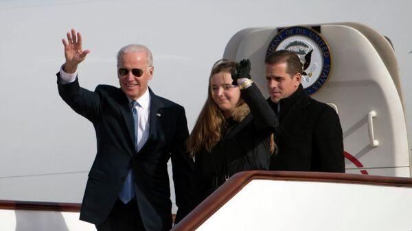 Вице-президент США Джо Байден со соим сыном Хантером Байденом в аэропорту Пекина